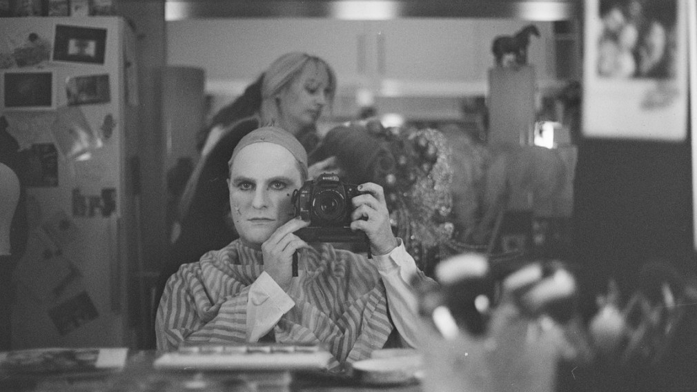 Geschminkter Schauspieler vor Spiegel. (Foto: Tilman Rose)