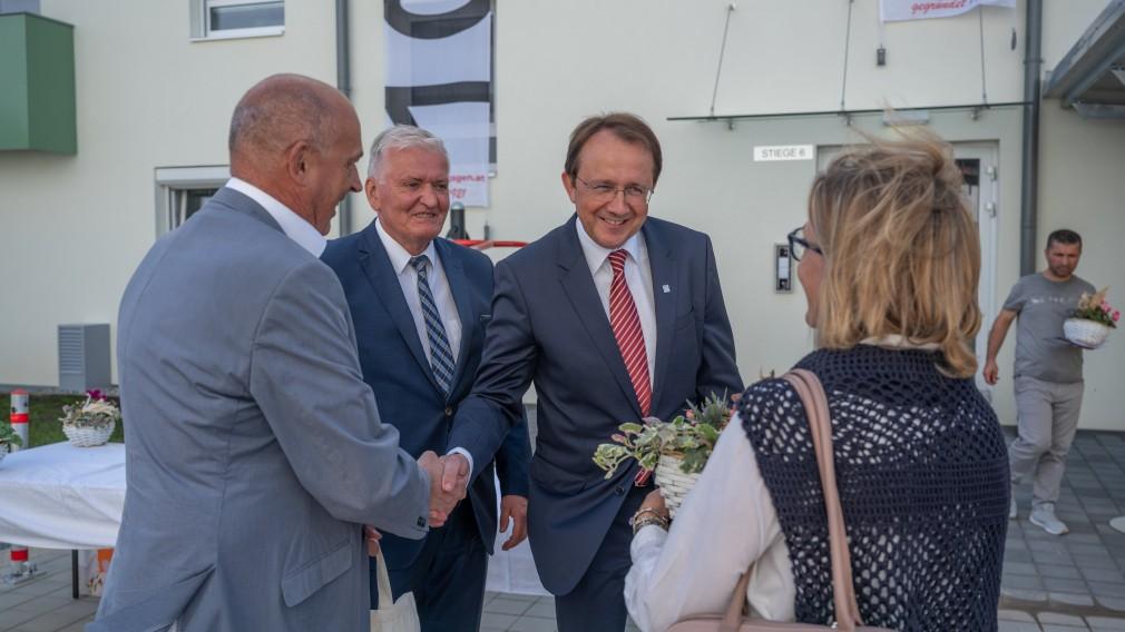 Bürgermeister Matthias Stadler gratuliert einem neuen Bewohner und desen Ehefrau zur neuen Wohnung.