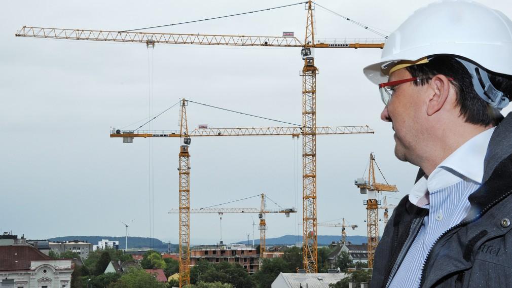 Bürgermeister Matthias Stadler vor Baukränen. (Foto: Josef Vorlaufer)