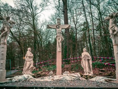 Fünf Statuen bilden eine Kreuzigungsgruppe am Kalvarienberg in St. Pölten. (Foto: Arman Kalteis)