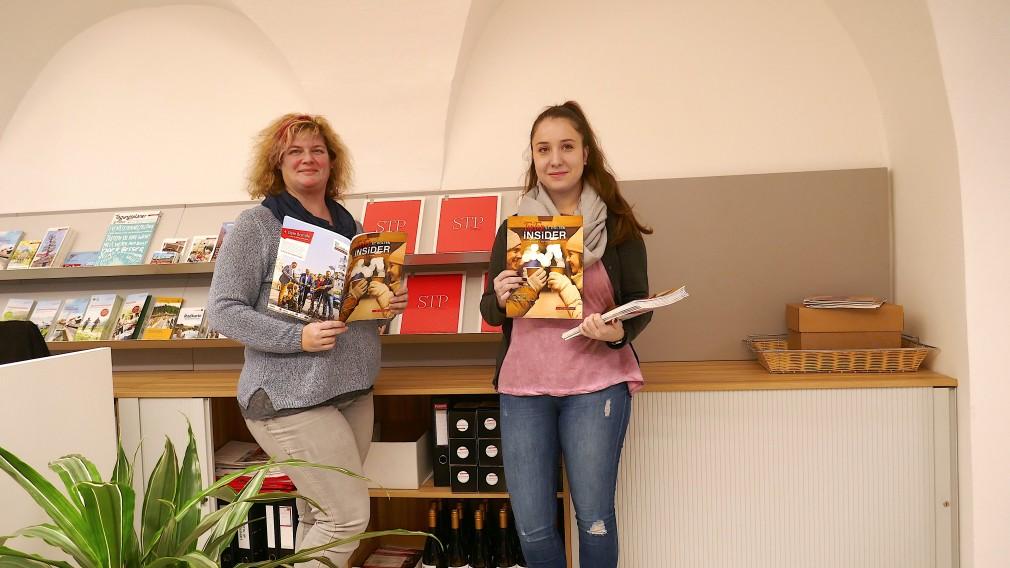 Elvira Sulzer und Chiara Rainer mit der Herbstausgabe der Tourismus-Broschüre Insider. (Foto: Marketing St. Pölten)