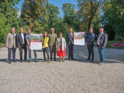 """Thomas Zeh (Technischer Umweltschutz St. Pölten), Gerhard Nachförg (GW St. Pölten), Markus Braun (Forschungsgesellschaft LANIUS), Katharina Zmeck (Museum Niederösterreich), Herbert Bugl (GF Fernwärme), Renate Gamsjäger (Umweltgemeinderätin), Matthias Stadler, Florian Haiderer (Sparkasse NÖ Mitte-West) und Martin Gruber-Dorninger (NÖN) freuen sich den """"Umweltpreis 2022"""" unterstützen zu dürfen. Foto: Arman Kalteis"""