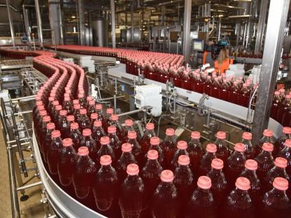 """""""LIMÖ""""-Glasflaschen in der neuen Abfüllanlage der Firma Egger. (Foto: Josef Vorlaufer)"""