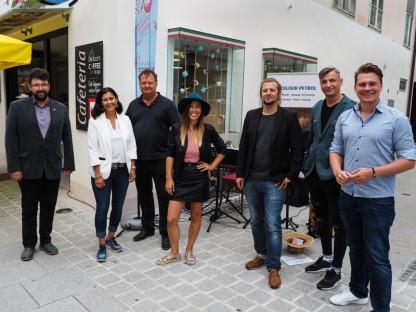 Die Musiker Michaela Wandl und Alex Greiml mit den Gästen.