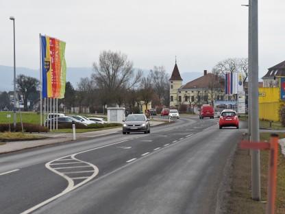 Verkehrsgeschehen auf der Sattersdorfer Hauptstraße im Bereich des Fachmarktzentrums. (Foto: Josef Vorlaufer)
