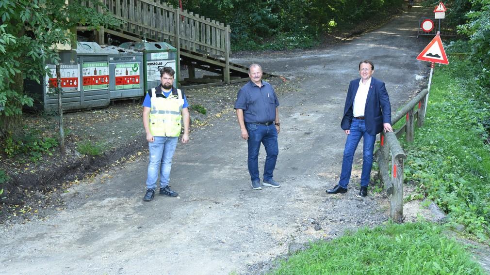 Ing. Clemens Parzer, Stadtrat Walter Hobiger und Bürgermeister Mag. Matthias Stadler stehend in der Freiligrathstraße.(Foto: Josef Vorlaufer).