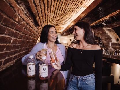 Zwei Frauen in Lokal mit Gläser in der Hand.(Foto: Ines Androsevic).