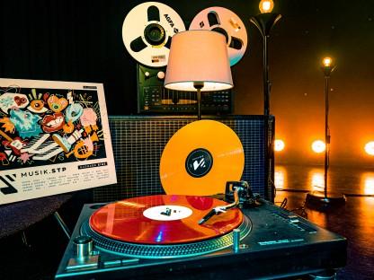 Der neue musik.stp Vinyl Sampler in den Farben rot und gelb. (Foto: Arman Kalteis)