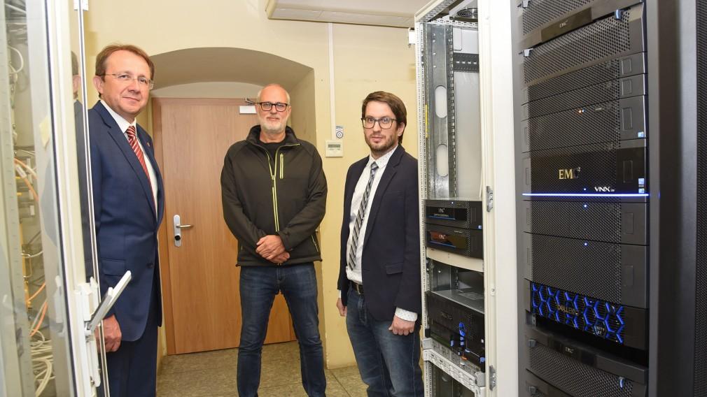 Bürgermeister Matthias Stadler, Sicherheitsbeauftragter Peter Puchner und Mario Schartner. (Foto: Josef Vorlaufer)