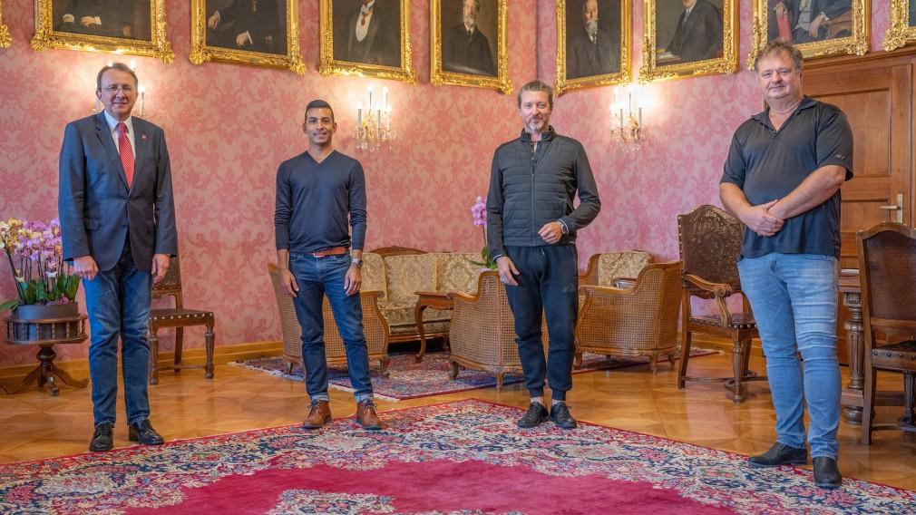 Bürgermeister Matthias Stadler, Nelson Reguera, Renato Zanella und Michael Fichtenbaum stehend im Bürgermeisterzimmer.(Foto: Arman Kalteis).
