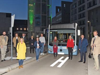 Elf Personen vor dem LUP-Bus in der Haltestelle im Regierungsviertel bei Nacht. (Foto: Vorlaufer)