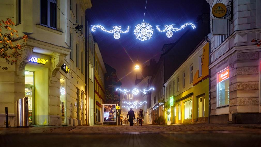 Die neue Winterbeleuchtung in der Franziskanergasse am Abend. (Foto: Josef Bollwein)