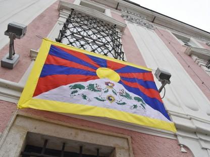 Tibet Fahne am Rathaus. (Foto: Josef Vorlaufer)
