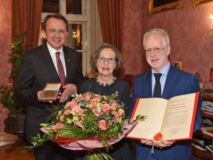 Jakob-Prandtauer-Preisträger 2019 Mag.Mag. Ernest Kienzl mit Gattin Renate Kienzl und Bürgermeister Mag. Matthias Stadler im Rathaus. (Foto: Josef Vorlaufer)
