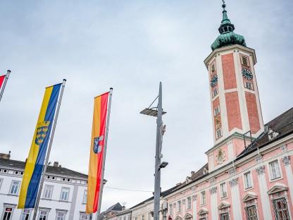 Blick auf das Rathaus. Im Vordergrund sind die Fahnen von Österreich, Niederösterreich und St. Pölten zu sehen. (Foto Arman Kalteis)