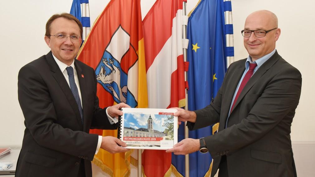 Bürgermeister Mag. Matthias Stadler und der Leiter der Finanzabteilung Mag. Thomas Wolfsberger präsentieren einen ausgeglichenen Rechnungsabschluss für 2019. (Foto: Vorlaufer)