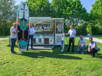 Eis-Stand und Stand Up-Paddle mit Personen am Ratzersdorfer See. (Foto: Arman Kalteis)