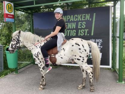 Die 15-jährige sitzt auf ihrem Pferd. Foto: Beate Eichinger