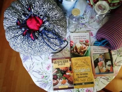 Die selbst genähten Kochblumen liegen auf einen Tisch. Foto: Ingrid Rupp