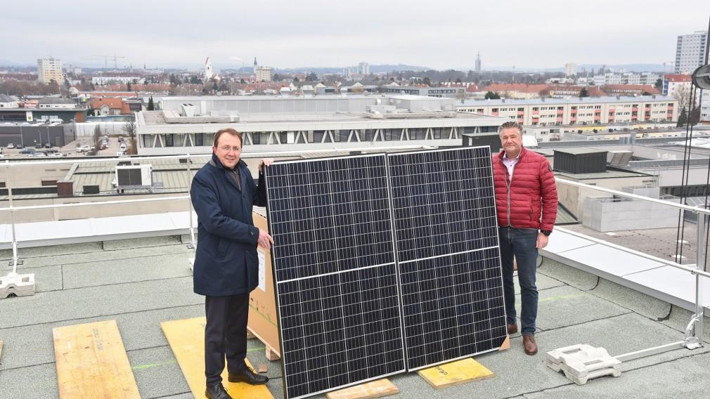 Bürgermeister Stadler und Geschäftsführer Sadler bei der Anlieferung der Photovoltaikanlage. (Foto: Josef Vorlaufer)