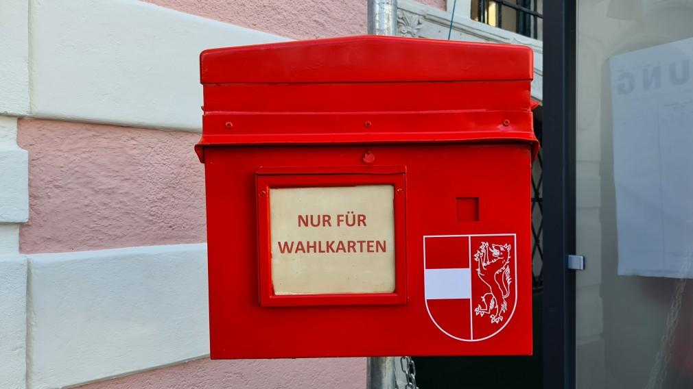 Roter Wahlkarten-Postkasten vor dem Rathaus. (Foto: Corina Muzatko)