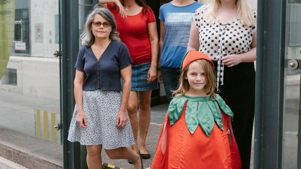 Maria Wimmer, Marlene Perzl, Helga Janeczek und Ingrid Hahnl-Bichler sowie Tochter Anna stehend vor dem Stadtmuseum. (Foto: Konstantin Mikulitsch).
