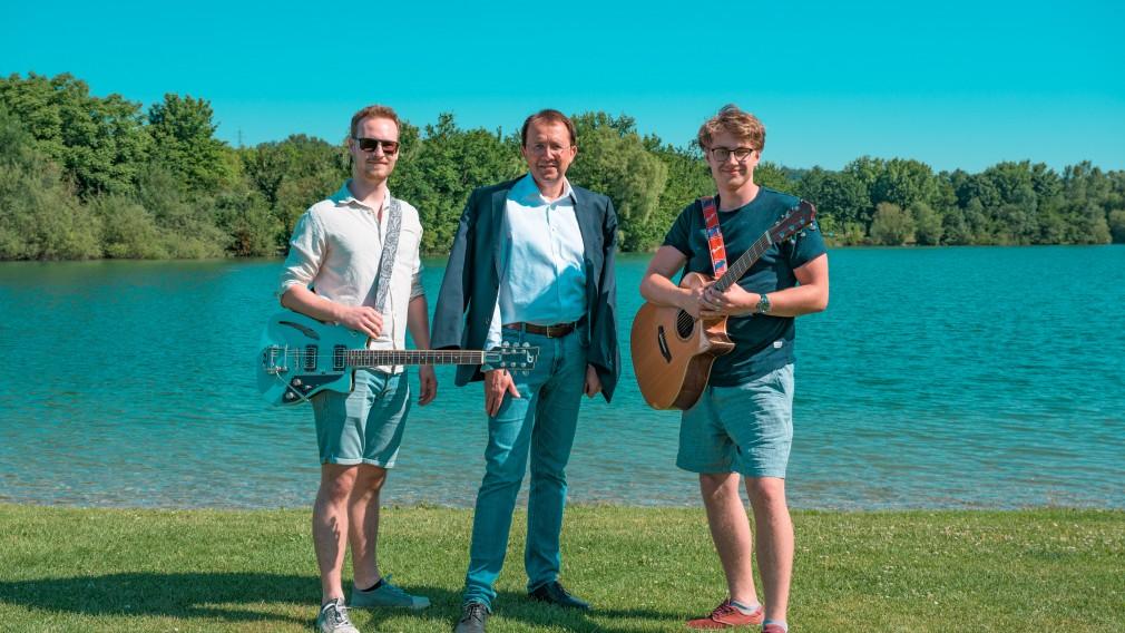 Zwei Musiker und der Bürgermeister am Ratzersdorfer See. (Foto: Kalteis)
