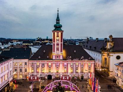 Das Rathaus und die beleuchteten Fenster mit den Bildern der Kinder. Foto: Josef Bollwein