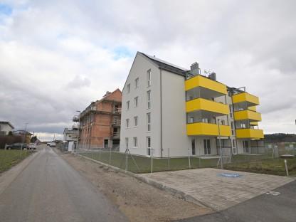 Die Wiesenfeldstraße in St. Georgen mit dem jetzt fertiggestellten Haus im Vordergrund und einem weiteren im Bau befindlichen Haus im Hintergrund.
