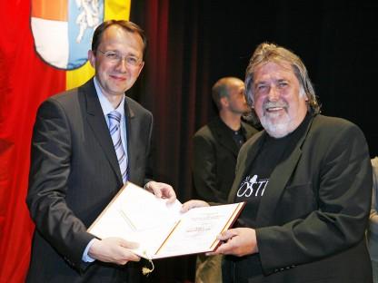 Bürgermeister Matthias Stadler überreichte den Förderpreis der Landeshauptstadt für Wissenschaft und Kunst an Toni Wegscheider im Jahr 2007. (Foto: Josef Vorlaufer)