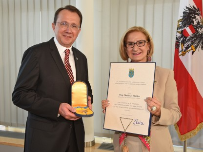 Landeshauptfrau Mikl-Leitner überreicht das Goldene Komturkreuz an Bürgermeister Stadler. (Foto: Josef Vorlaufer)