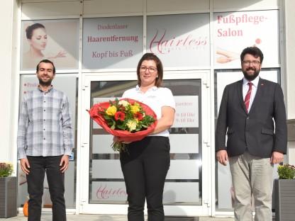 Gemeinderat Ali Firat, Geschäftsführerin Silvia Rausch und Vizebürgermeister Harald Ludwig stehen vor dem neuen Geschäft Foto: Josef Vorlaufer