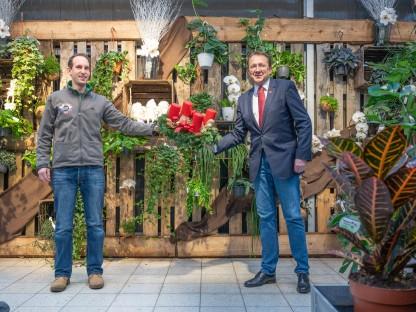 Hannes Lameraner überreicht Bürgermeister Mag. Matthias Stadler einen Adventkranz in der Bellaflora Filiale. (Foto: Arman Kalteis)