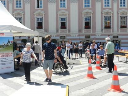 Menschen bei Stationen am Diversity Day am Rathausplatz. (Foto: Josef Vorlaufer)