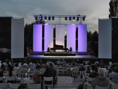 Zwei Pianisten sitzen an Klavieren auf einer Open Air Bühne. (Foto: Wolfgang Mayer)
