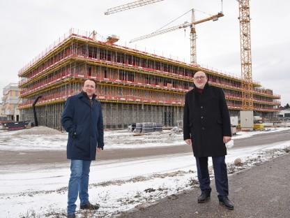 Bürgermeister Matthias Stadler und ÖBB-Vorstandsvorsitzender Andreas Matthä stehen vor dem Rohbau des ÖBB-Bildungscampus (Foto: Josef Vorlaufer).
