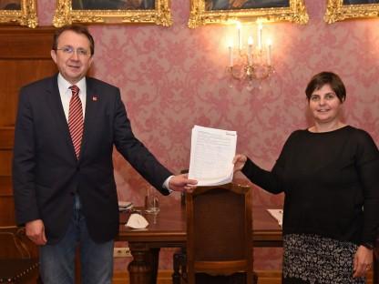 Zwei Personen mit einem Zettel im Bürgermeisterzimmer. (Foto: Vorlaufer)