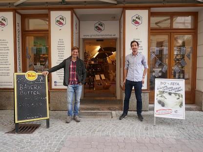 Sebastian Watschinger (links) bietet in der Wiener Straße Südtiroler Spezialitäten an, Michael  Purer verlockt mit griechischen Schmankerln. Foto: Beate Steiner