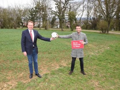 Bürgermeister Matthias Stadler und Sportreferent Florian Gleiss begutachteten den möglichen Standort für einen neuen Sportclub-Platz nahe dem Wirtschaftshof. (Foto: Kainz)
