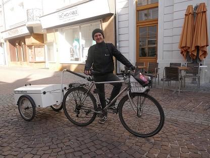 Andreas Grubner mit seinem Fahrrad mit Lastenanhänger. (Foto: Beate Steiner)