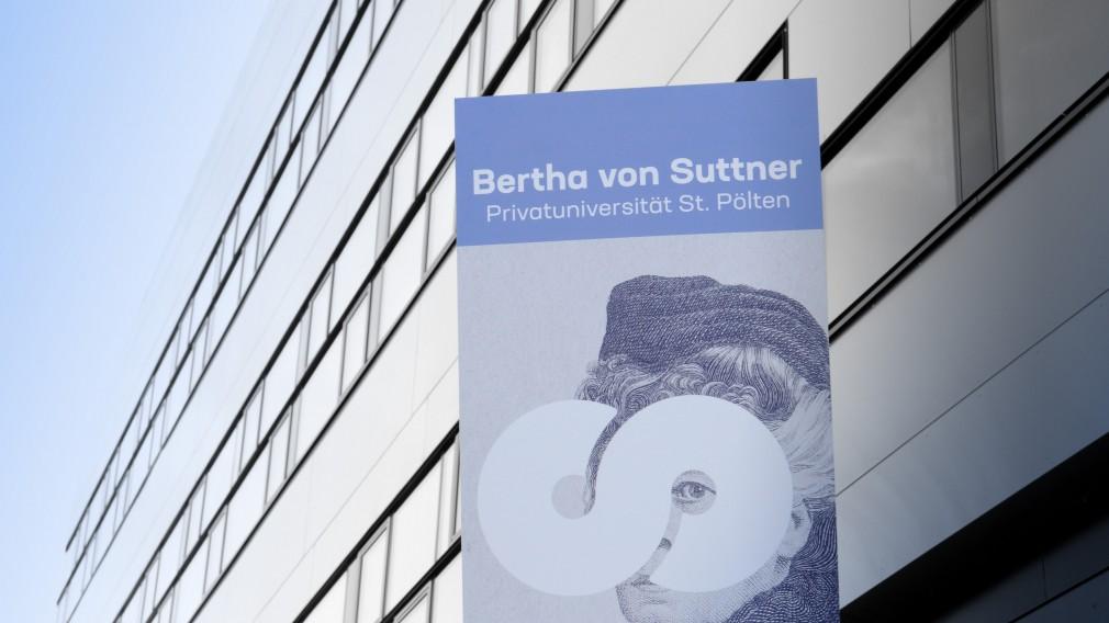 Außenansicht der Suttneruni mit mit Abbildung von Bertha von Suttner im Vordergrund. (Foto: Andrea Reischer)