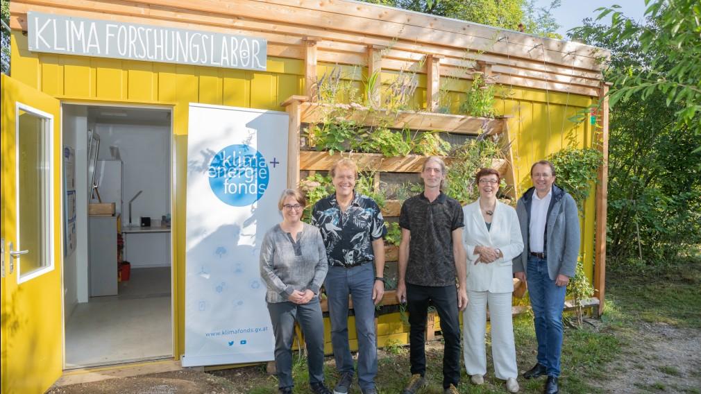 Mehrere Personen positionieren sich für ein Foto vor dem Klimaforschungslabor