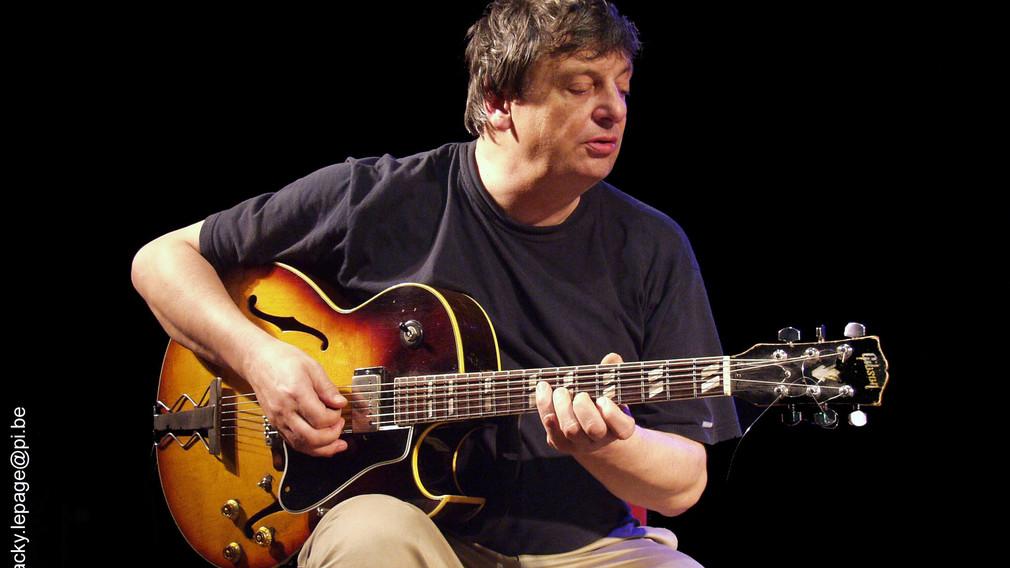 Philipp Catherine sitzend mit Gitarre. (Foto: J Lepage).