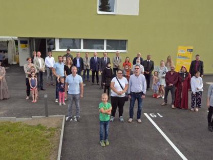 Die künftige Bewohner vor der neuen Wohnhausanlage in der Michael Denis-Straße. (Foto: Wolfgang Mayer)